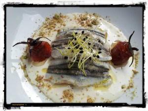 Ajo blanco malagueño con ravioli de verdura, antxoas maceradas en lima y tomatitos asados