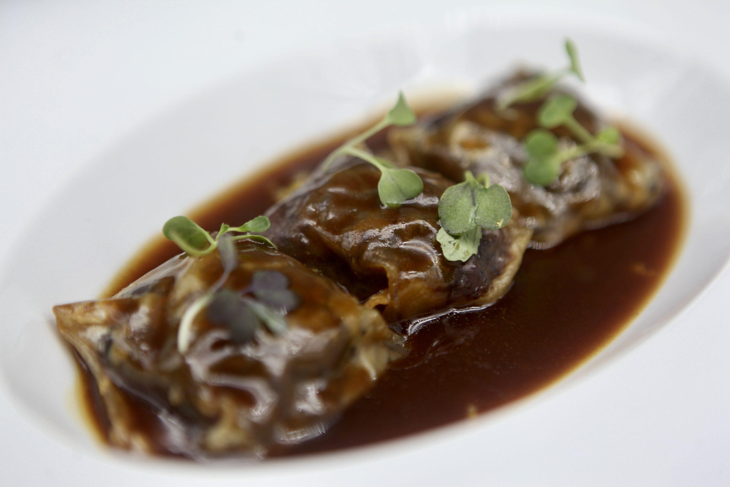 Raviolis de Rabo estofado con Parmentier trufado de Coliflor y cus-cus especiado