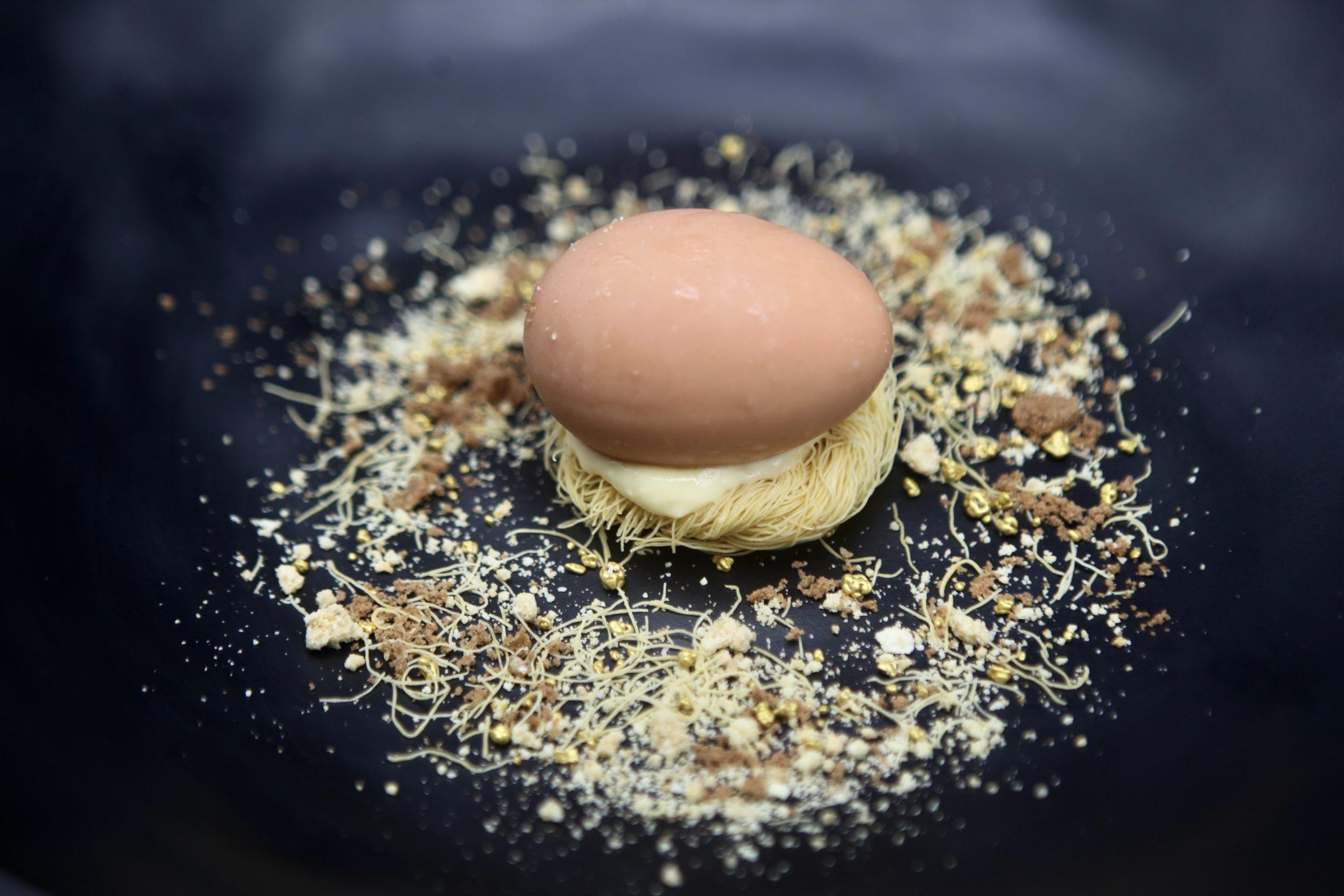 Falso Huevo de Chocolate con Jengibre, tierra de Mango y nido crujiente de pasta katafi
